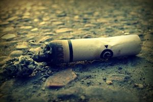 Lanciare acqua e sigarette sul balcone del vicino è reato